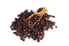 зажаренные в духовке кофейные зерна на белизне Стоковые Фото