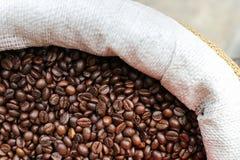 Зажаренные в духовке кофейные зерна на рынке Стоковое Фото
