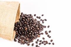 Зажаренные в духовке кофейные зерна от сумки мешка Стоковое Изображение RF