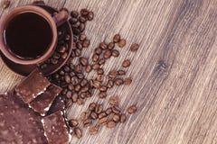 Зажаренные в духовке кофейные зерна с шоколадом и гайками на деревянной поверхности Стоковое Изображение RF