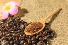 Зажаренные в духовке кофе и кофейные зерна Стоковое Изображение RF