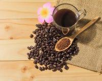 Зажаренные в духовке кофе и кофейные зерна Стоковые Изображения RF