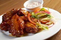 Зажаренные в духовке крыла цыпленк цыпленка на плите стоковая фотография rf