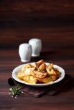 Зажаренные в духовке клин картошки с розмариновым маслом Стоковые Фото