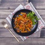 Зажаренные в духовке моркови в черной плите, конце вверх Стоковое Изображение