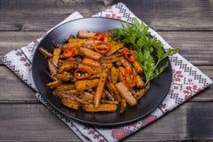 Зажаренные в духовке моркови в черной плите, конце вверх Стоковая Фотография