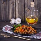 Зажаренные в духовке моркови в черной плите, конце вверх Стоковое фото RF