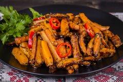 Зажаренные в духовке моркови в черной плите, конце вверх Стоковое Фото