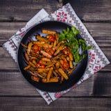 Зажаренные в духовке моркови в черной плите, конце вверх Стоковые Фотографии RF
