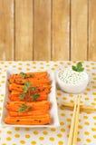 Зажаренные в духовке моркови с соусом Стоковое фото RF