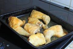 Зажаренные в духовке ноги и бедренные кости цыпленк цыпленка в подносе печи Стоковое Изображение RF