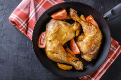 Зажаренные в духовке ноги цыпленк цыпленка с клин и томатами картошки Стоковые Изображения