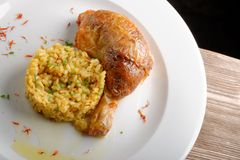 Зажаренные в духовке ноги цыпленк цыпленка с сваренным рисом шафрана Стоковое фото RF