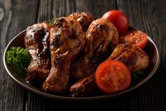 Зажаренные в духовке ноги цыпленк цыпленка с томатами и кипеть рисом Стоковое Изображение