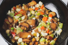 Зажаренные в духовке овощи в сковороде Стоковое Изображение