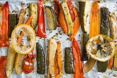 Зажаренные в духовке овощи зимы на алюминиевой фольге на подносе, перце, zucc Стоковое фото RF