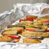 Зажаренные в духовке овощи зимы на алюминиевой фольге на подносе, перце, zucc Стоковые Фотографии RF