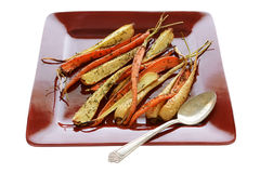 зажаренные в духовке овощи корня стоковое изображение rf