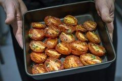 Зажаренные в духовке печью половины томата Стоковые Изображения