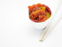 Зажаренные в духовке салат и палочки перца на белой предпосылке сплавливание стоковое фото rf