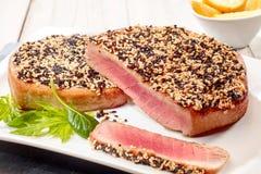Зажаренные в духовке стейки тунца с коркой семени сезама Стоковое Фото