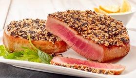 Зажаренные в духовке стейки тунца с коркой семени сезама Стоковые Фотографии RF