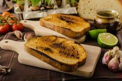 Зажаренные в духовке томатный соус вишни и рикотта на здравице стоковые изображения rf