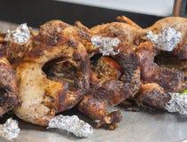 Зажаренные в духовке утки на carvery шведского стола ресторана стоковые фотографии rf