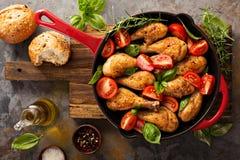 Зажаренные в духовке drumsticks цыпленк цыпленка в лотке литого железа Стоковое Фото