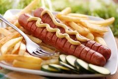 Зажаренные в духовке frankfurters закалённые с мустардом Стоковое Фото