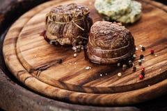 Зажаренные в духовке mignon филе стейка и масло травы Стоковые Фотографии RF