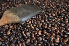 Зажаренные в духовке robusta кофейные зерна и деревянный флиппер в молотя корзине стоковая фотография rf