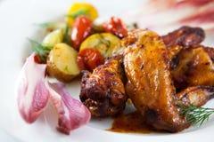 зажаренные в духовке цыпленком крыла овощей Стоковое фото RF