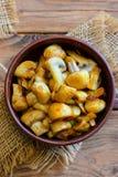 Зажаренные грибы Зажаренные куски гриба в шаре на деревянной предпосылке Легкий рецепт гриба Вертикальное фото closeup Взгляд све Стоковое Изображение