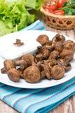 Зажаренные грибы с соусом югурта, вертикальным стоковые фото