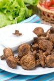Зажаренные грибы с соусом югурта, вертикальным стоковая фотография rf