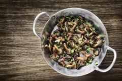 Зажаренные грибы шиитаке в траве чеснока и закуске оливкового масла Стоковые Фотографии RF