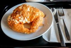 Зажаренные закуски на белой плите Стоковое Фото