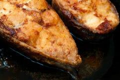Зажаренные закуски рыб на сковороде Части зажаренных рыб в кипеть Стоковая Фотография RF