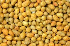 Зажаренные зерна арахиса с покрытием смачных арахисов специй в макросе бэттера детализируют предпосылку Стоковое Фото