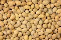 Зажаренные зерна арахиса с покрытием смачных арахисов специй в макросе бэттера детализируют предпосылку Стоковая Фотография RF