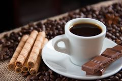 Зажаренные зерна кофе с эспрессо придают форму чашки молочный шоколад и печенья стоковая фотография rf