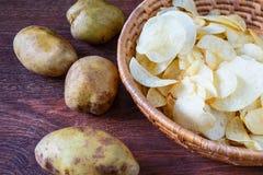 Зажаренные картофельные чипсы в корзине стоковое изображение rf