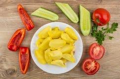 Зажаренные картошки в плите, части овощей, петрушки на tabl Стоковое Изображение RF