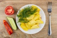 Зажаренные картошки в плите, части томата, огурца, сладостного подбадривающего Стоковое фото RF