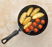 Зажаренные картошки и томаты вишни стоковая фотография rf