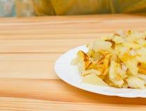Зажаренные картошки на белой плите Стоковое фото RF