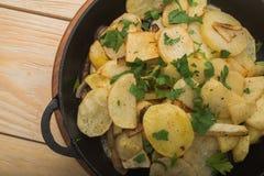 Зажаренные картошки на деревянной таблице Стоковые Изображения RF