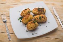 Зажаренные картошки на деревянной таблице Стоковое Изображение RF