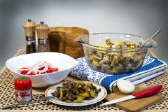 Зажаренные картошки с грибами, салатом свежих томатов и домодельным хлебом Стоковое Изображение